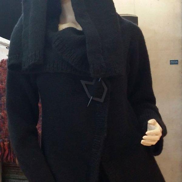Veste mystérieuse noire avec capuche
