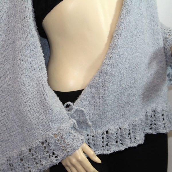"""Cache-cœur """"Plume d'oie"""" en coton, détail de la fermeture par bride côté gauche"""