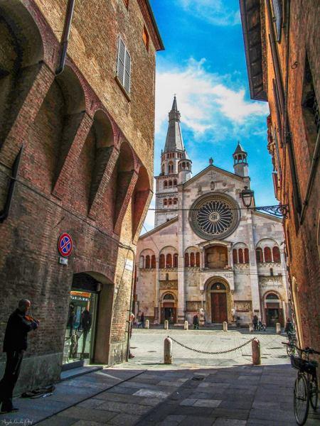 Duomo di Modena da Via Sant'Eufemia - Foto Angelo Nacchio - Monumenti