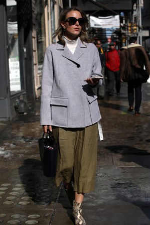 zbgywn-l-610x610-jacket-nyfw2017-fashionweek2017-fashionweek-streetstyle-greyjacket-sunglasses-pants-khaki-khakipants-croppedpants-bag-blackbag-boots-printedboots-snakeprintankleboots