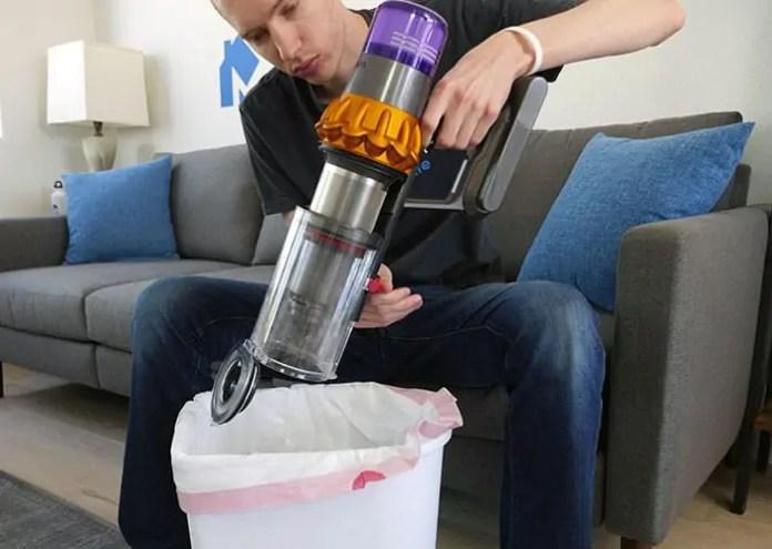 Svuotamento del contenitore della polvere V15