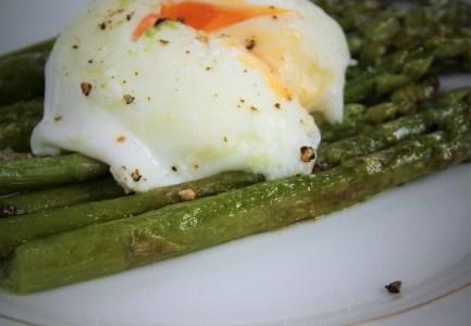 Szparagi z jajkiem poszowanym
