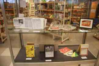 Vitrine zum 40jährigen Jubiläum der Türkischen Bibliothek der Stadtbibliothek Duisburg