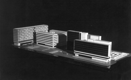 Az új városközpont makettje 1967-ből. A lakóház balra hátul, a többire merőleges épület. (Győri Tanulmányok, 1974)
