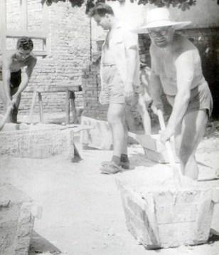 Tanárok az építkezésen I. (forrás: http://www.barossgyor.hu/)