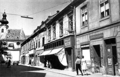 A Kazinczy utca 7., 8. és 9-es szám, az eredeti épületek a hatvanas évek elején a Baross utca felől fényképezve. (forrás: Winkler-Kurcsis)