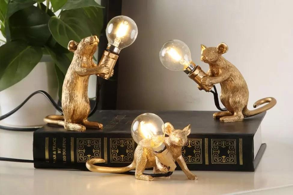 花环与老鼠的形象看起来非常原创。这些夹在爪子里的灯泡。