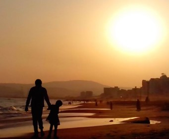 Father_and_Daughter_at_RK_Beach_in_Visakhapatnam (1) (1)