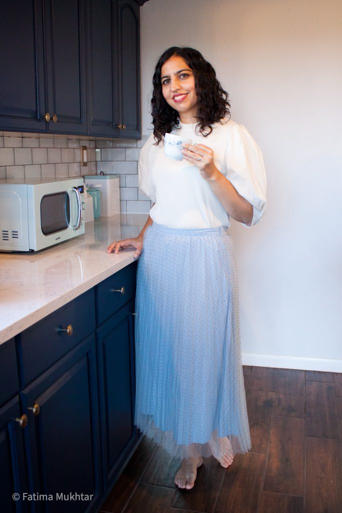 modest midi skirt outfit idea tulle skirt and puff sleeve tshirt