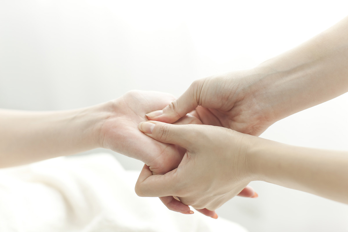 essential-oils-hand-massage-Modewest