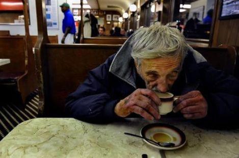 kava a bezdomovec