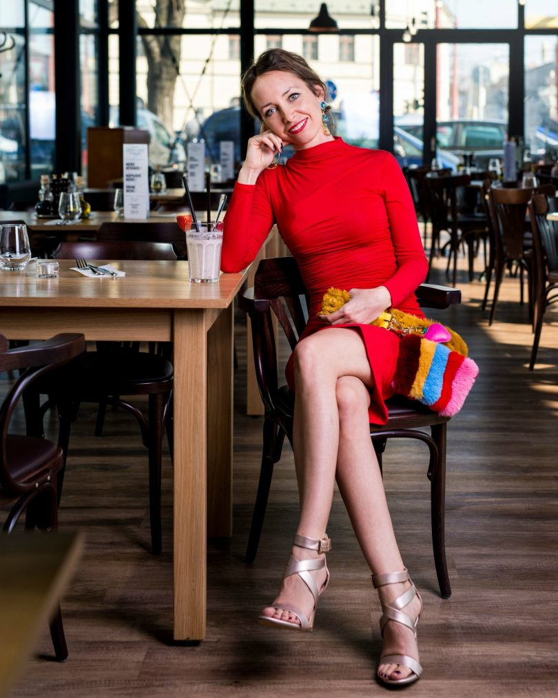 cervene saty-restauracia u taliana-modny blog-stihle nohy-remienkove sandale-zlate sandale-sandale na podpatku-deichmann