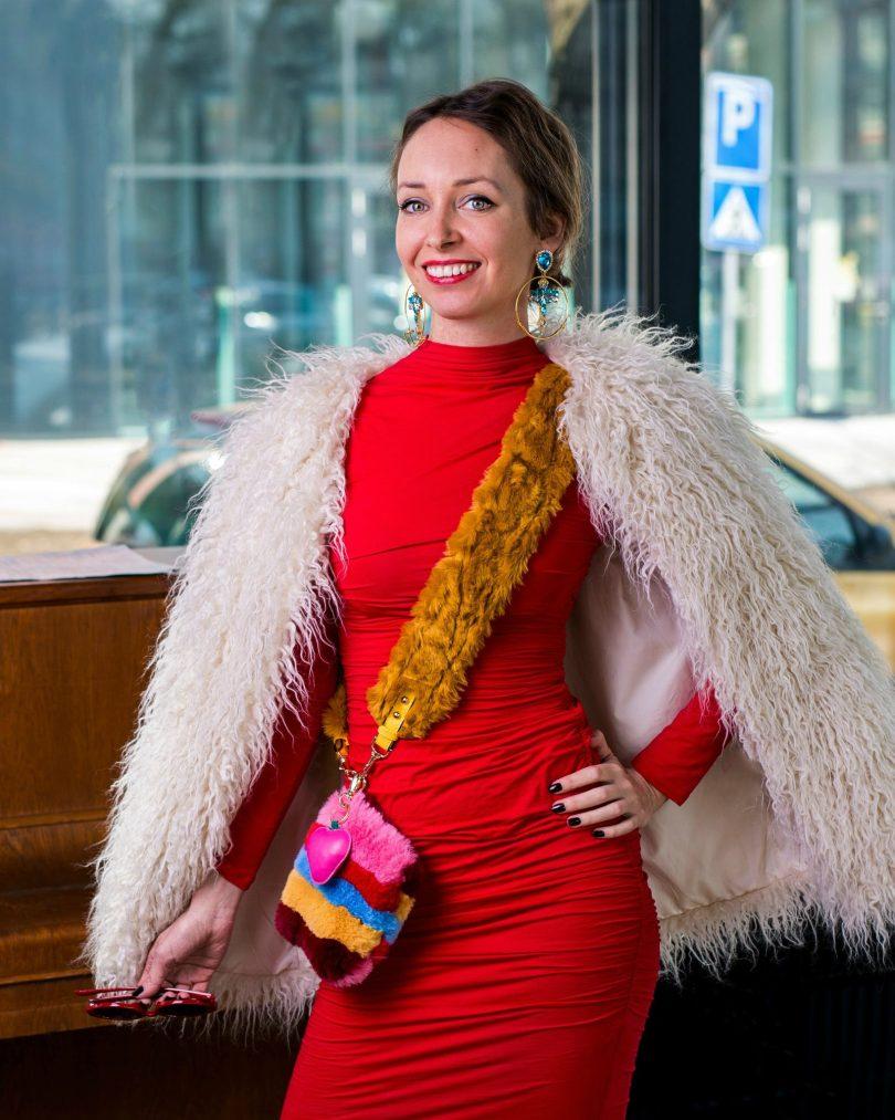 modna blogerka-umely kozuch-cervene saty-puzdrove-farebna kabelka-nausnice-sugarbird-elisha fox