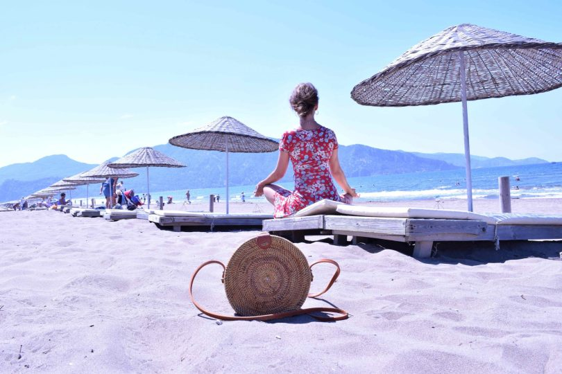 Instagram detox dovolenka relax plaz slnecnik kabelka ratanova