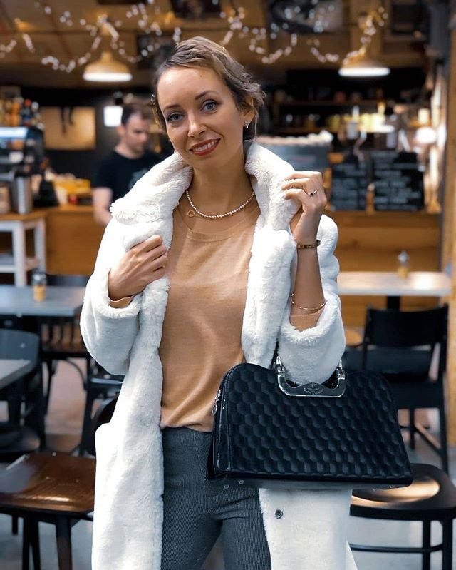 neutralne farby ako nosit ako kombinovat blog modny tucet biely kozuch cierna kabelka