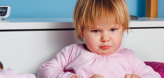 كيفية التعامل مع الطفل العنيد في عمر السنتين موضوع