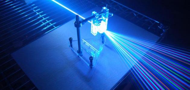 ينتج التدخل الهدام والتداخل البناء للضوء الذي يمر من خلال شقين متقاربين