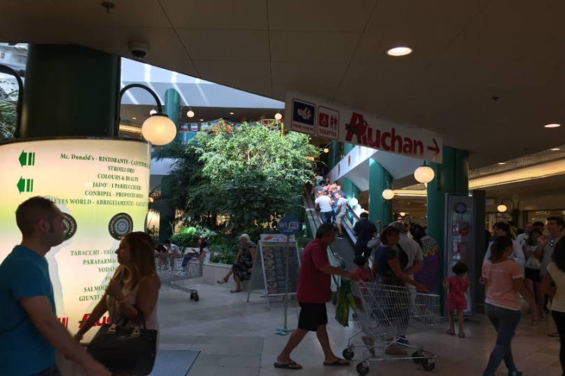 Interior centro comercial Auchan