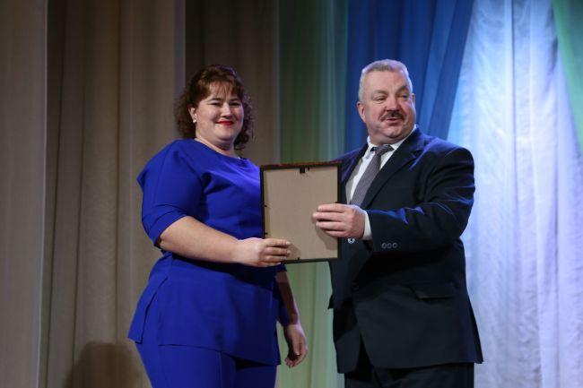 Награду вручает глава администрации Ленинского района г. Могилёва Виктор ЛАВРИНОВИЧ