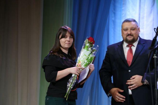 Награду вручает первый заместитель главы администрации Октябрьского района г. Могилёва Станислав МЫСЛИВЕЦ