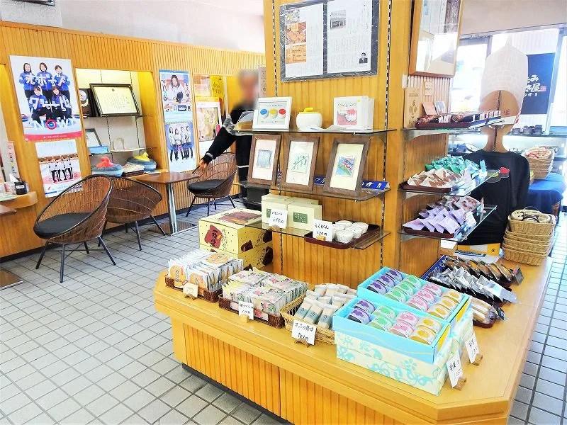 お菓子が並べられた清月の店内のようす