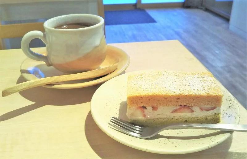 ひし餅をイメージした3色のケーキ