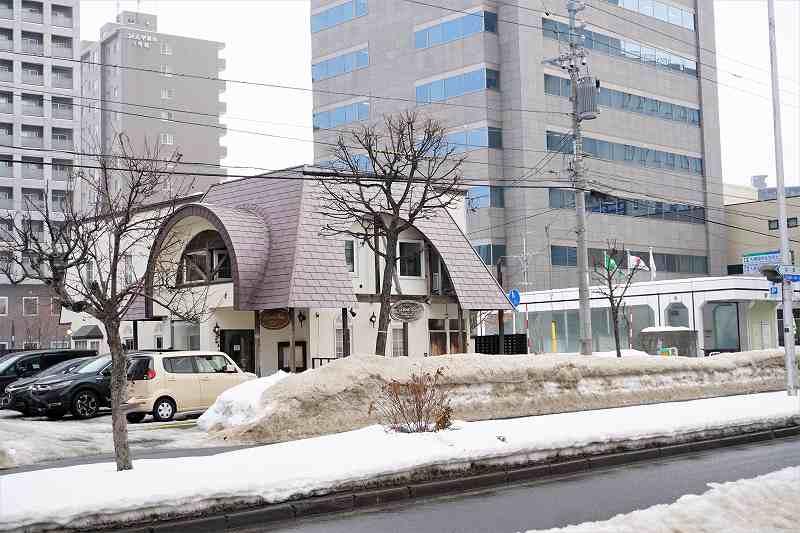 店舗(左)と地下鉄学園前駅(右)