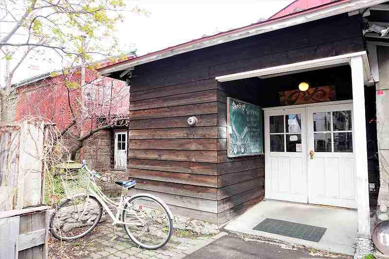 レストランのやの入口、脇に咲く梅の花