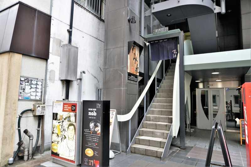 """階段を上った2階が """"すみれ すすきの店"""""""
