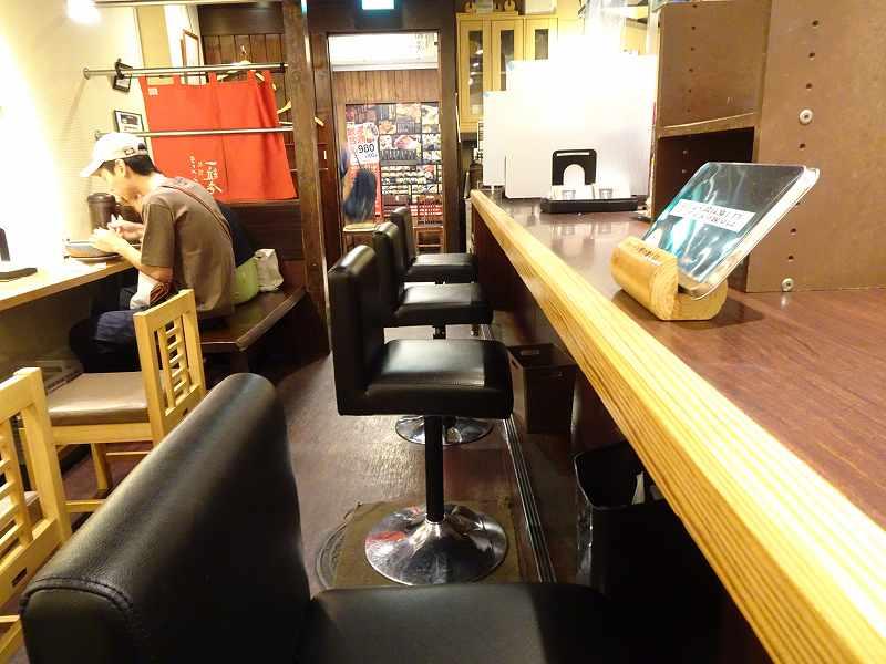 木目のカウンターとテーブル席が並んでいる