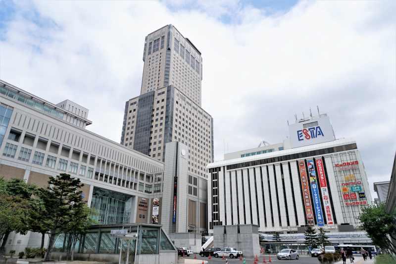 札幌駅直結のJRタワーの外観とその周辺のようす