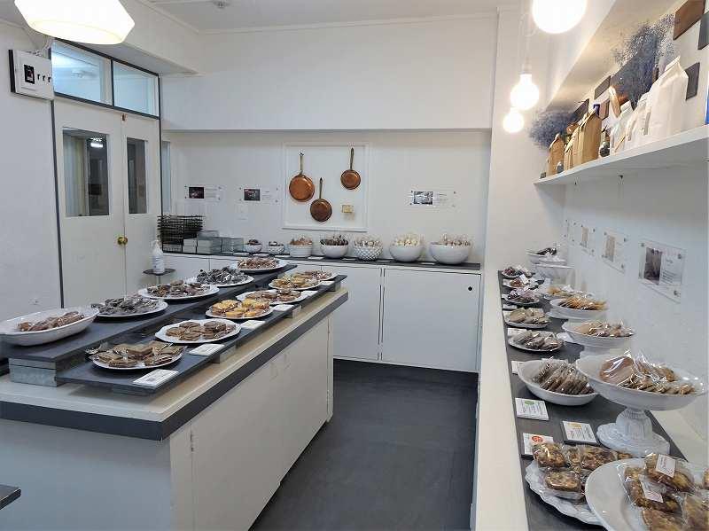 フィナンシェなどの焼き菓子がたくさん並ぶ「カプセルモンスター」の内観