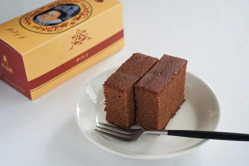 チョコラーテ2切れと箱がテーブルに置かれている