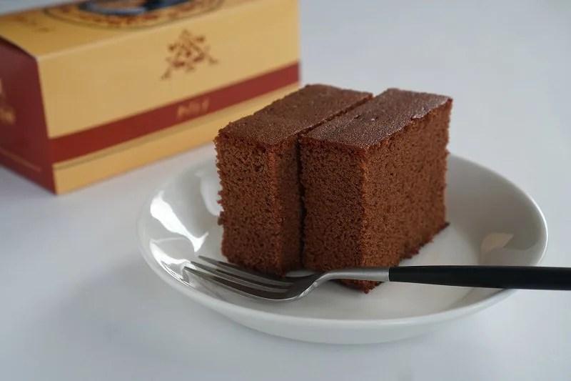 チョコラーテ2切れがテーブルに置かれている