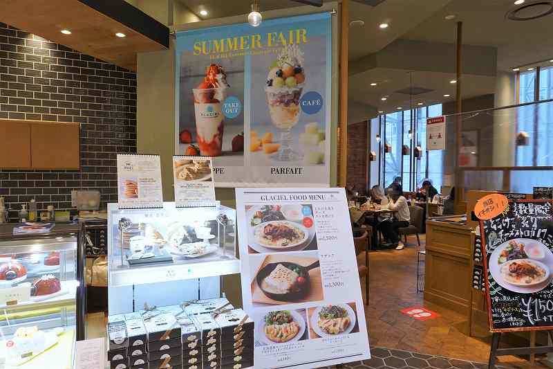 シックな色合いで統一された「グラッシェル 札幌ステラプレイス店」の入口の様子