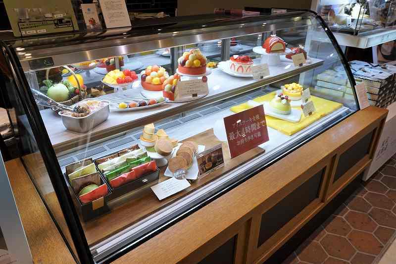 カラフルで美しいアイスケーキがガラスケースに並べられている
