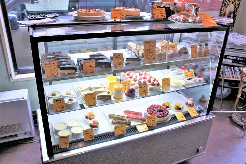 ショートケーキやホールケーキがたくさん並ぶガラスのショーケース