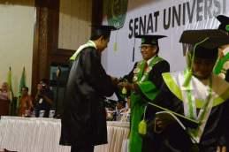 Sedang mewisuda Mahasiswa Paska Sarjana Program Studi Ekonomi Syariah dlm Sidang Terbuka Senat Univ. Azzahra