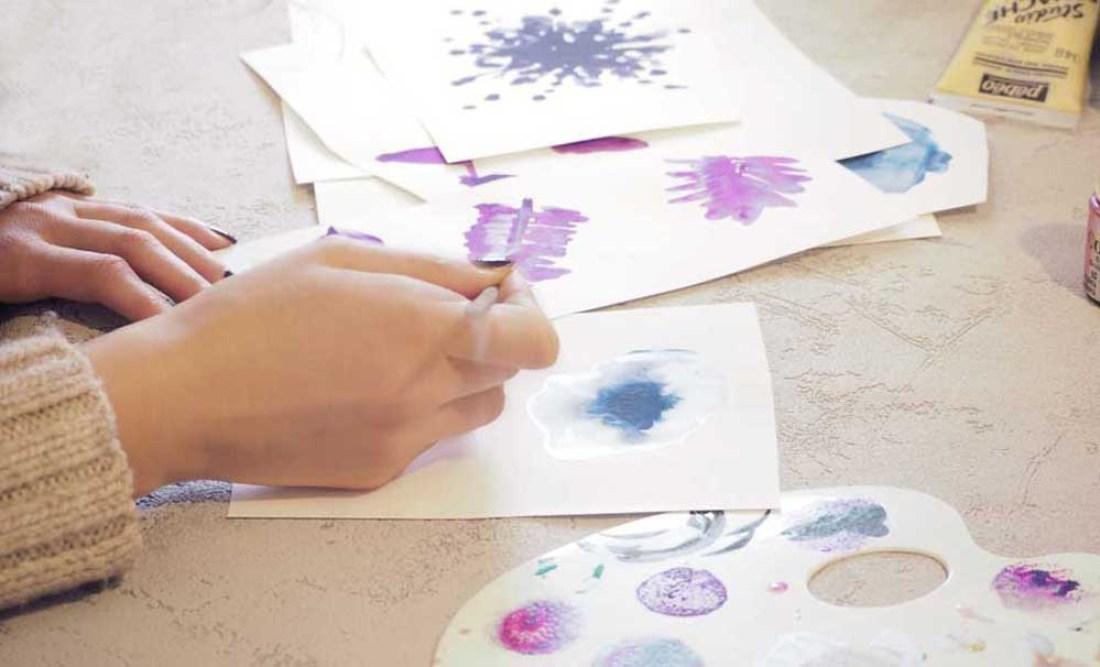 designer créatrice dessin manuel fleur florale tendance peinture nuancier mauve violet ultraviolet pantone 2018 pinceau femme designer créatrice