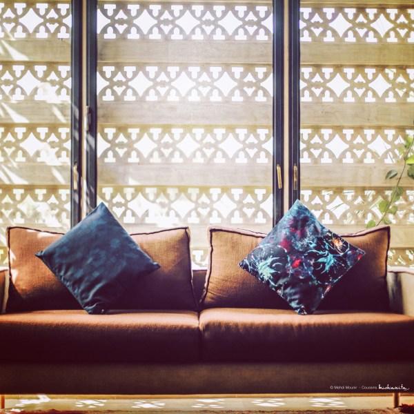 duo de coussin villa lankdha marraekch sejour maric villa luxe haut de gamme arabesque moucharabieh coussin ton sur ton toucher coton et velours motif pattern chambre salon luxury life