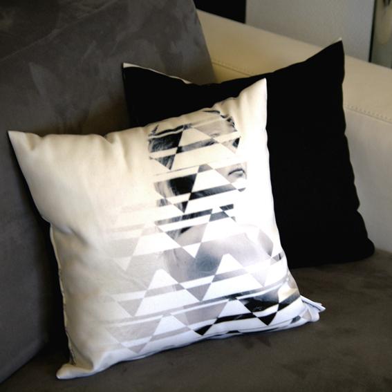 duo de coussins recto verso graphique photographie création originale femme arabesque motifs design designer noir blanc