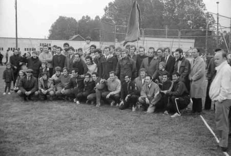Extrème gauche, accroupis en casquette noire, Jane Lusiki le président du Club à l'époque.