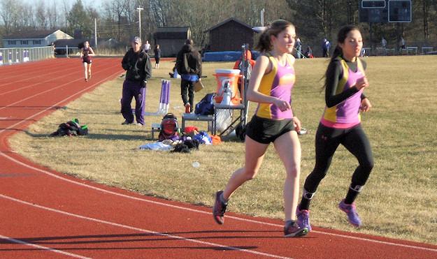 Ilenis Quinones in the 3000 meter run. Photo by Scott Mulford.