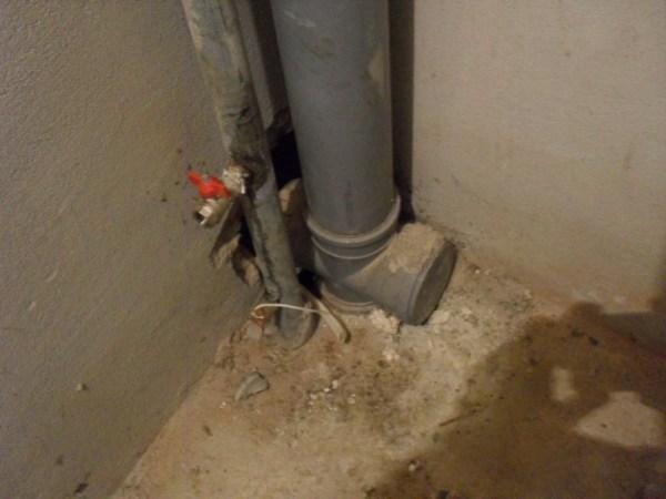 канализация и трубы с водой в квартире с черновой отделкой