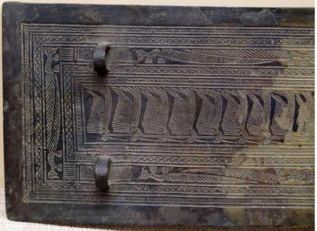 Bức tranh kỳ lạ trên tấm giáp che ngực Lật Phương