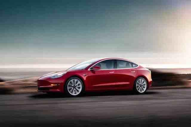 Tesla Model 3 (Nejlepší elektromobil)