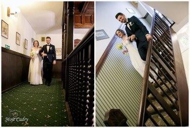 Młodzi idący do ślubu