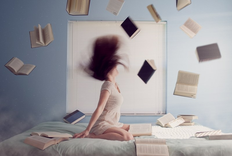 menghakimi buku