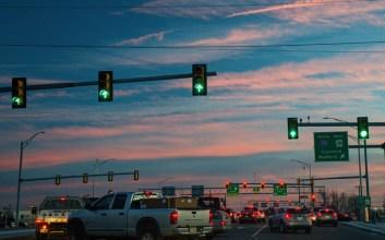 nunggu lampu merah Beberapa Alasan Kenapa Kamu Nggak Perlu Jengkel Kalau Diklakson di Lampu Merah