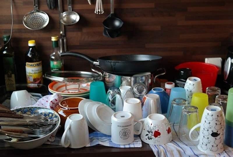 kerja domestik mencuci piring laki-laki suka beres-beres bersih-bersih rumah cuci piring manfaat olahraga menenangkan menghilangkan stres mojok